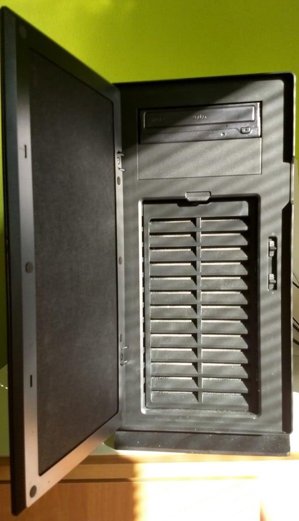 Predná časť skrinky sa dá otvoriť. Ukrýva mechaniku DVD a dva regulátory otáčok ventilátorov chladenia.
