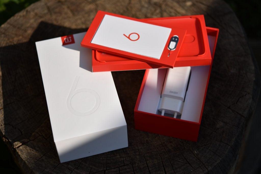 V balení sa nachádza OnePlus 6, dokumentácia, SIM nástroj, ale aj rýchlonabíjačka a priehľadné púzdro.