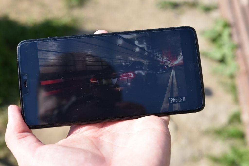 Tmavá scéna na displeji OnePlus 6 na priamom slnku