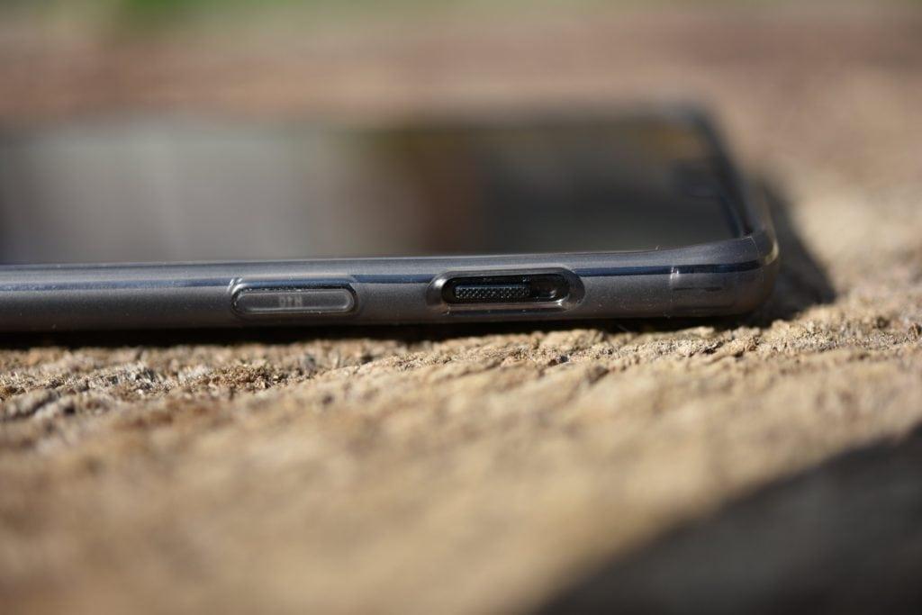 """Označené tlačidlo pre zapnutie a vypnutie a tradičný """"alert slider"""" na OnePlus 6."""