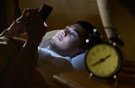 smartfón v spálni