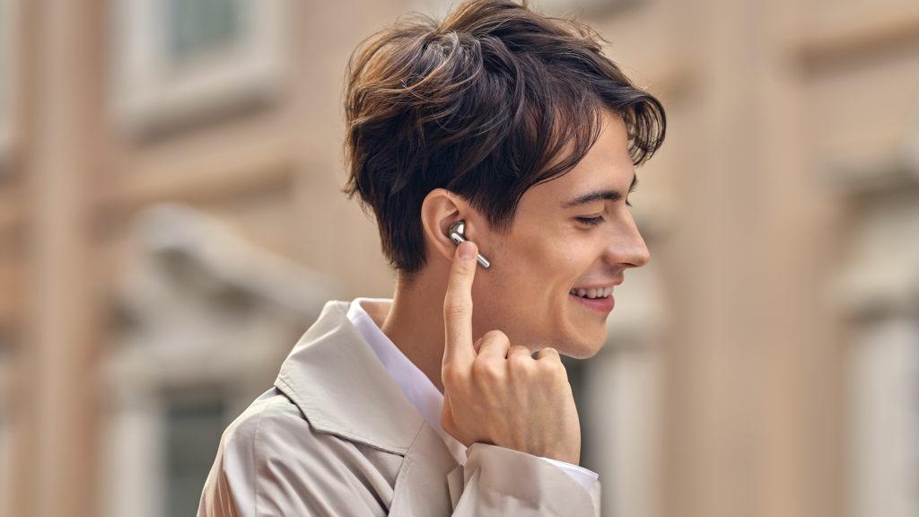Huawei FreeBuds 4 vo farbe silver na mladom mužovi