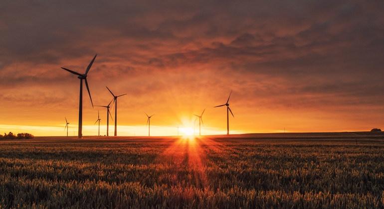 západ slunce na větrné elektrárně